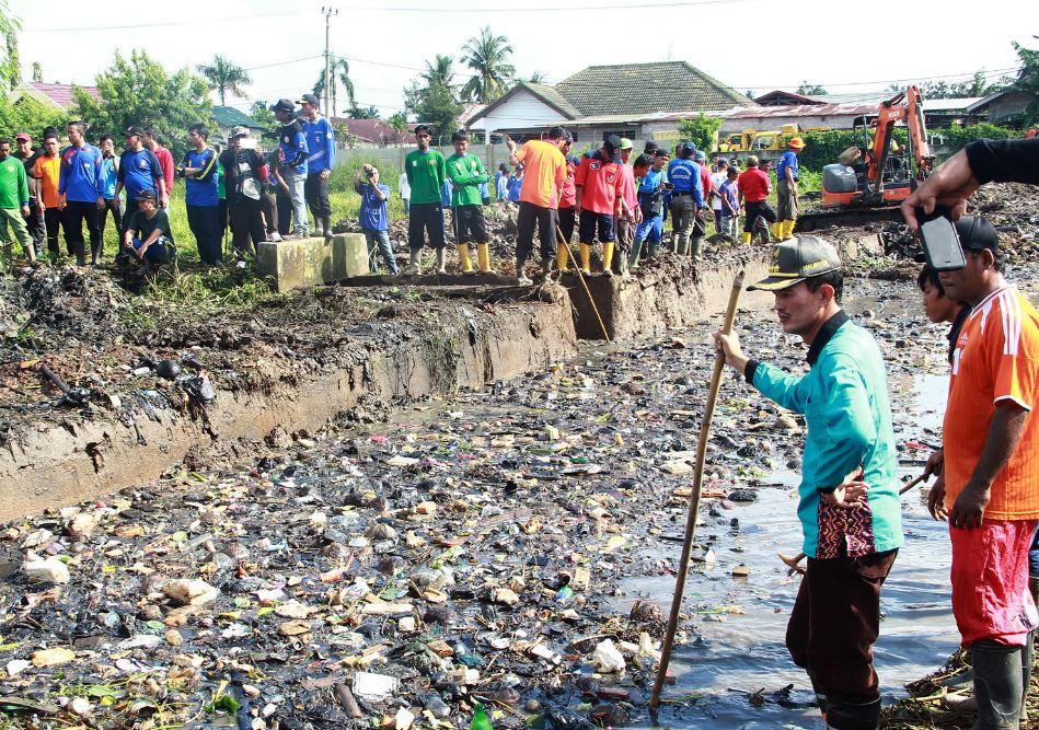 Berita Sumsel: Walikota saat memimpin gotong royong di sungai bendung